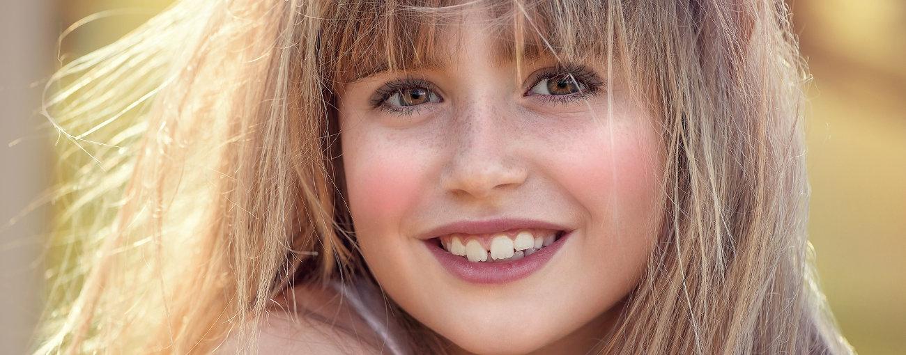 Leczenie ortodontyczne aparatem stałym estetycznym